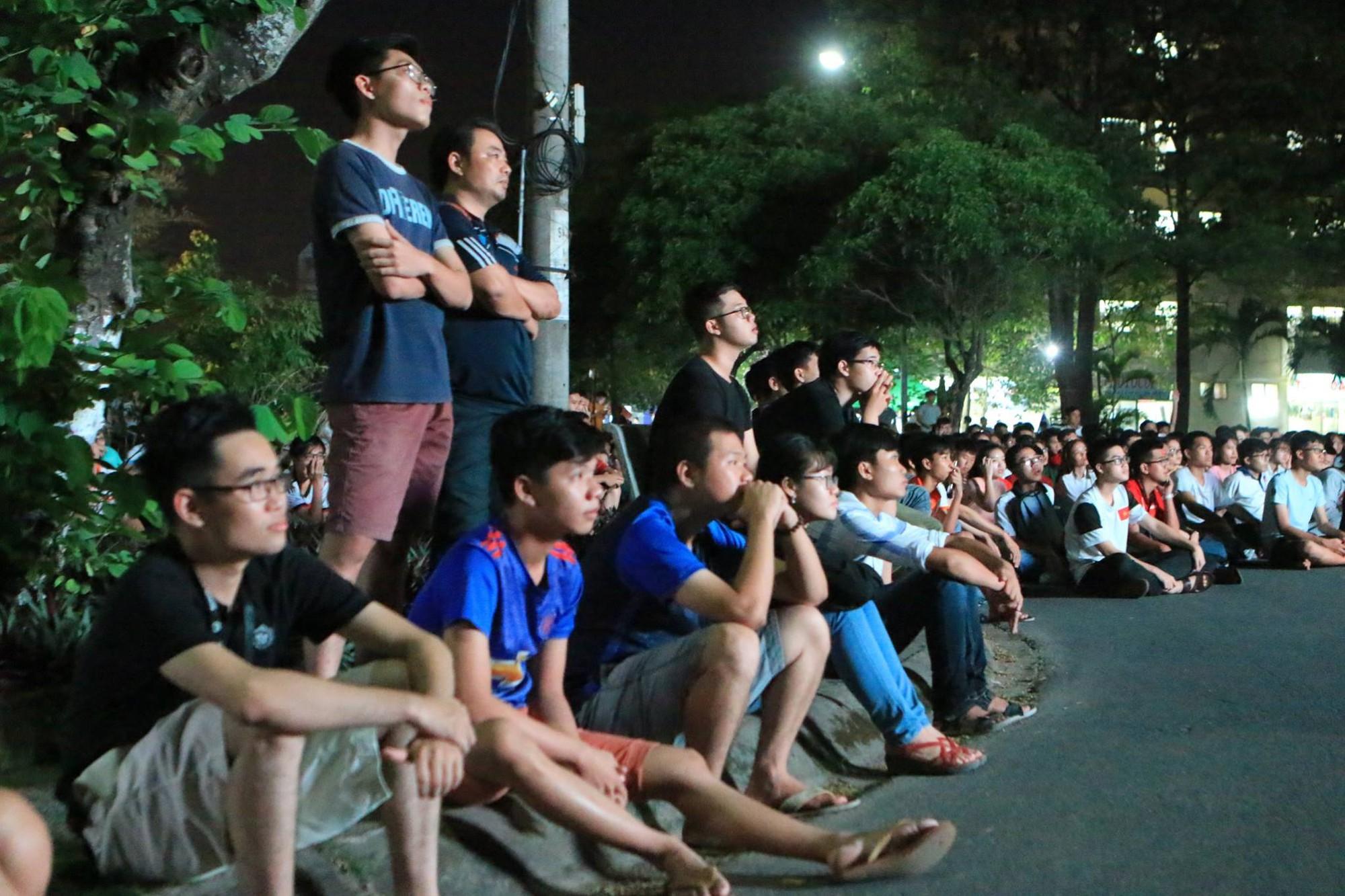Màn ăn mừng gắt nhất đêm: Mai có tiết kiểm tra, các thanh niên vừa đi bão vừa học bài vừa hô vang Việt Nam vô địch-9