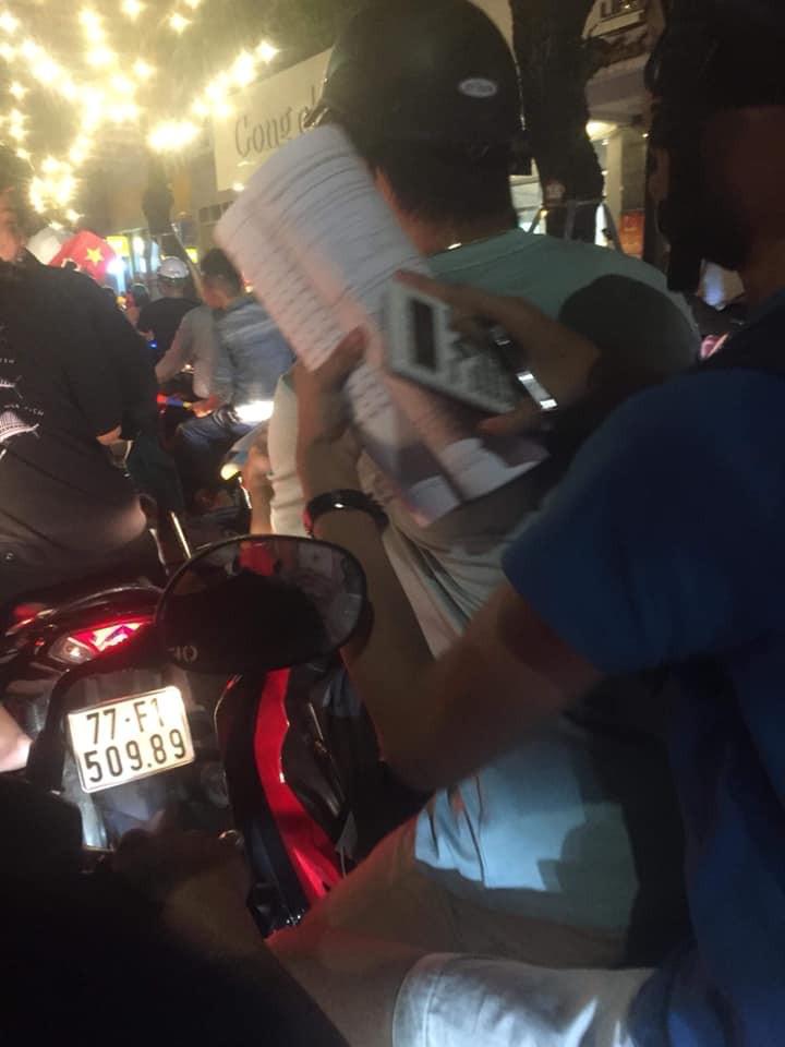 Màn ăn mừng gắt nhất đêm: Mai có tiết kiểm tra, các thanh niên vừa đi bão vừa học bài vừa hô vang Việt Nam vô địch-3
