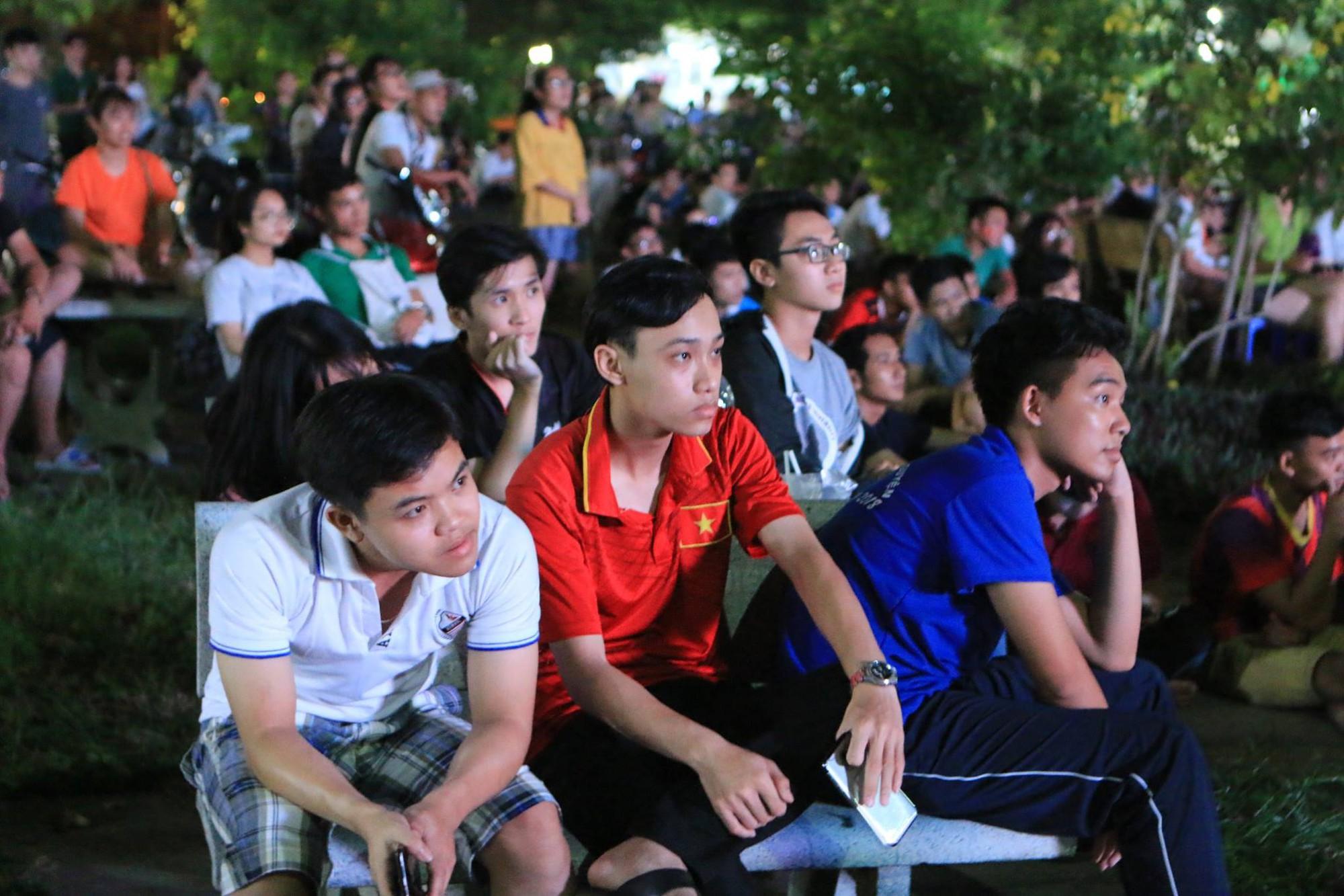 Màn ăn mừng gắt nhất đêm: Mai có tiết kiểm tra, các thanh niên vừa đi bão vừa học bài vừa hô vang Việt Nam vô địch-8