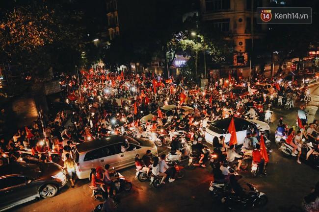 Màn ăn mừng gắt nhất đêm: Mai có tiết kiểm tra, các thanh niên vừa đi bão vừa học bài vừa hô vang Việt Nam vô địch-10