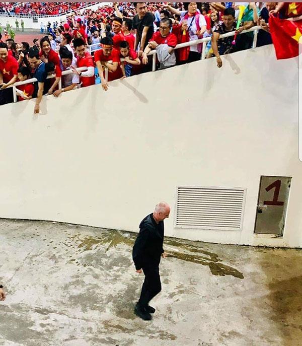 Bức ảnh HLV đội tuyển Philippines lặng lẽ rời sân sau trận thua Việt Nam gây bão-1