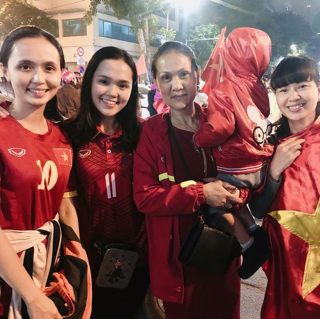 Ái nữ cựu chủ tịch CLB Sài Gòn: Cô chị là vợ tiền đạo Văn Quyết, cô em xí luôn Duy Mạnh gắt-11