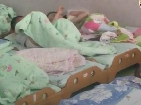 Cô giáo chụp ảnh trẻ ngủ gửi phụ huynh, tưởng được khen ai ngờ mẹ giận tím mặt-1