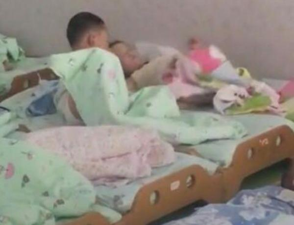 Cô giáo chụp ảnh trẻ ngủ gửi phụ huynh, tưởng được khen ai ngờ mẹ giận tím mặt-3