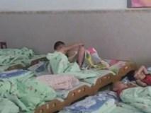 Cô giáo chụp ảnh trẻ ngủ gửi phụ huynh, tưởng được khen ai ngờ mẹ giận tím mặt