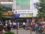 Vụ dùng súng cướp 1,5 tỷ đồng ngân hàng ở Sài Gòn: Nghi can đốt xe máy gây án-4