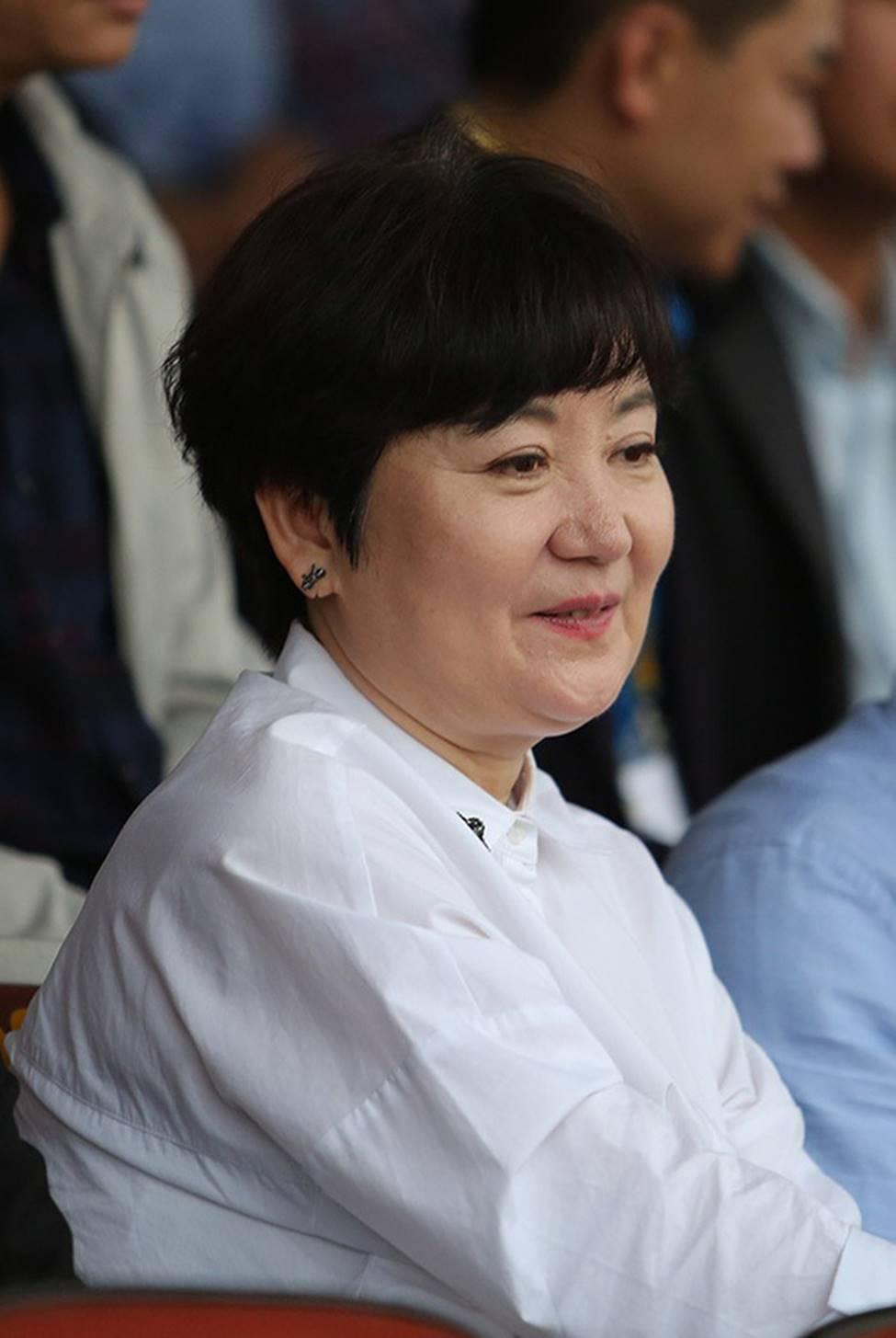 Nhan sắc các bạn gái cầu thủ đã là gì, ngỡ ngàng nhất là người phụ nữ U60 bên cạnh thầy Park suốt 32 năm-1