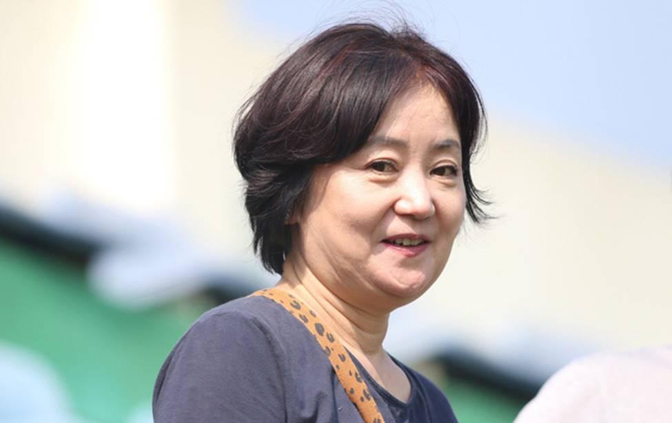 Nhan sắc các bạn gái cầu thủ đã là gì, ngỡ ngàng nhất là người phụ nữ U60 bên cạnh thầy Park suốt 32 năm-2