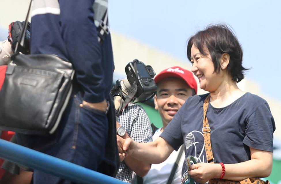 Nhan sắc các bạn gái cầu thủ đã là gì, ngỡ ngàng nhất là người phụ nữ U60 bên cạnh thầy Park suốt 32 năm-3