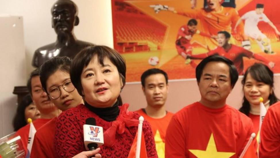 Nhan sắc các bạn gái cầu thủ đã là gì, ngỡ ngàng nhất là người phụ nữ U60 bên cạnh thầy Park suốt 32 năm-5