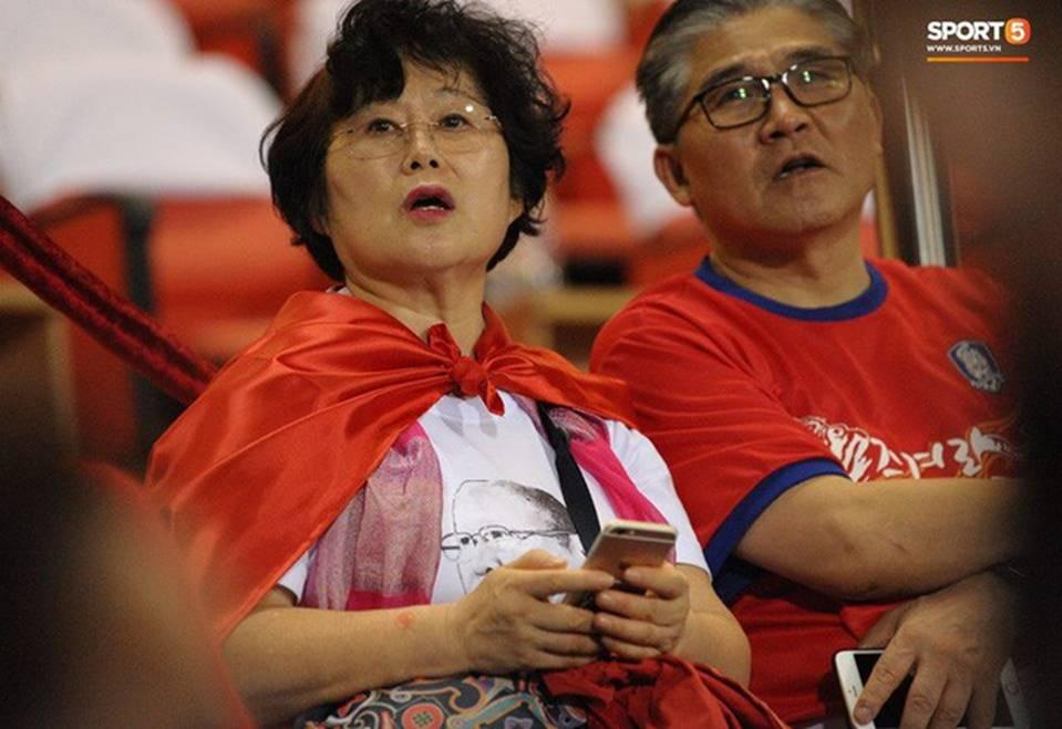 Nhan sắc các bạn gái cầu thủ đã là gì, ngỡ ngàng nhất là người phụ nữ U60 bên cạnh thầy Park suốt 32 năm-6