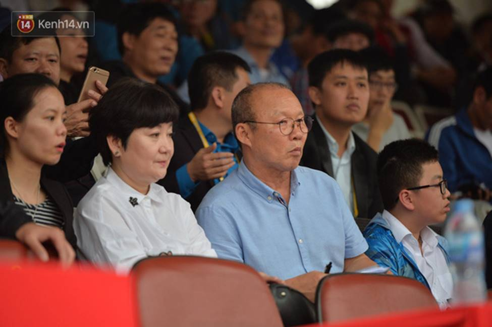 Nhan sắc các bạn gái cầu thủ đã là gì, ngỡ ngàng nhất là người phụ nữ U60 bên cạnh thầy Park suốt 32 năm-8