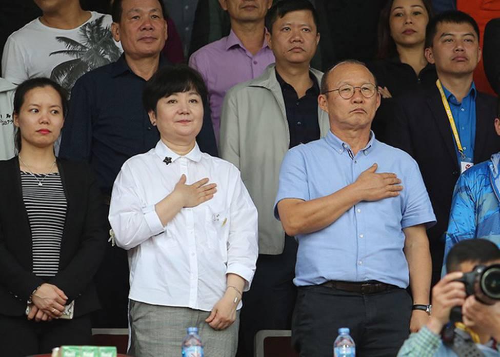 Nhan sắc các bạn gái cầu thủ đã là gì, ngỡ ngàng nhất là người phụ nữ U60 bên cạnh thầy Park suốt 32 năm-9