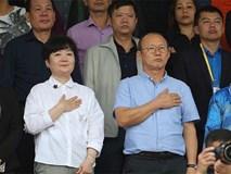 Nhan sắc các bạn gái cầu thủ đã là gì, ngỡ ngàng nhất là người phụ nữ U60 bên cạnh thầy Park suốt 32 năm