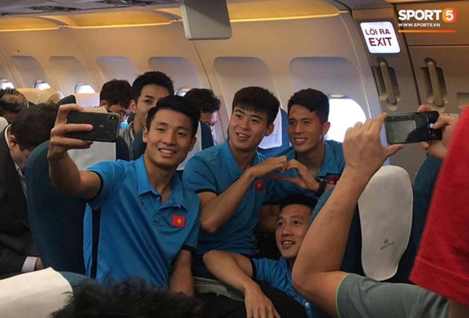 Vừa thương, vừa buồn cười hình ảnh Duy Mạnh trùm kín chăn ngủ trên máy bay tới Malaysia-2