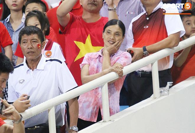 Đẹp thần thái xem con đá bóng, mẹ Đoàn Văn Hậu khiến triệu người chú ý vì chi tiết lạ-2