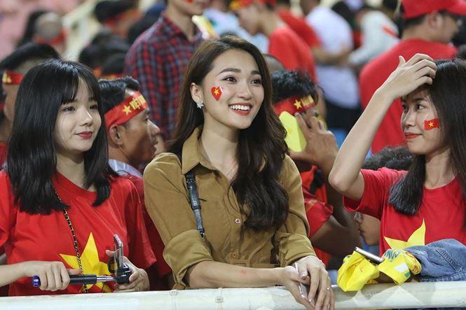 Bạn gái hotgirl của Phan Văn Đức đẹp mê mẩn trên khán đài Mỹ Đình-1