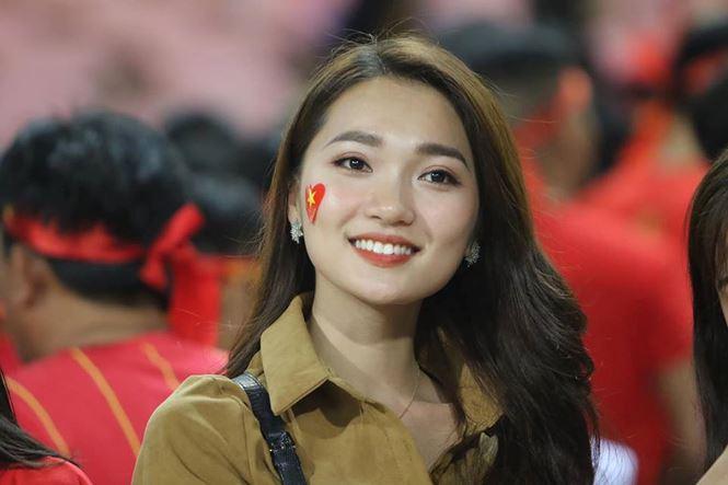 Bạn gái hotgirl của Phan Văn Đức đẹp mê mẩn trên khán đài Mỹ Đình-2
