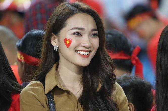 Bạn gái hotgirl của Phan Văn Đức đẹp mê mẩn trên khán đài Mỹ Đình-3