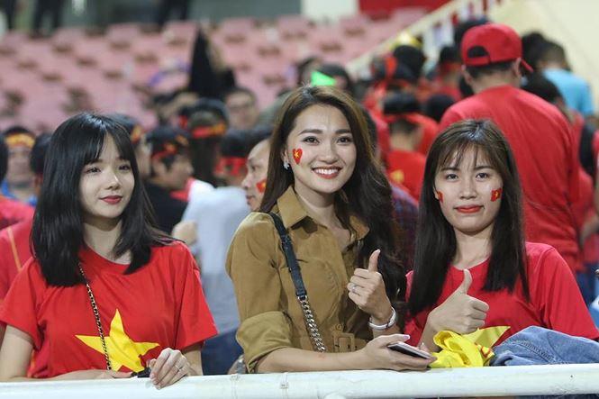Bạn gái hotgirl của Phan Văn Đức đẹp mê mẩn trên khán đài Mỹ Đình-4