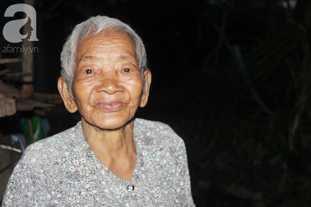 Rớt nước mắt cảnh con gái 68 tuổi đi bán vé số nuôi mẹ 90 tuổi: Người ta nói tui khùng nhưng tui biết thương mẹ-13
