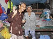 Rớt nước mắt cảnh con gái 68 tuổi đi bán vé số nuôi mẹ 90 tuổi: