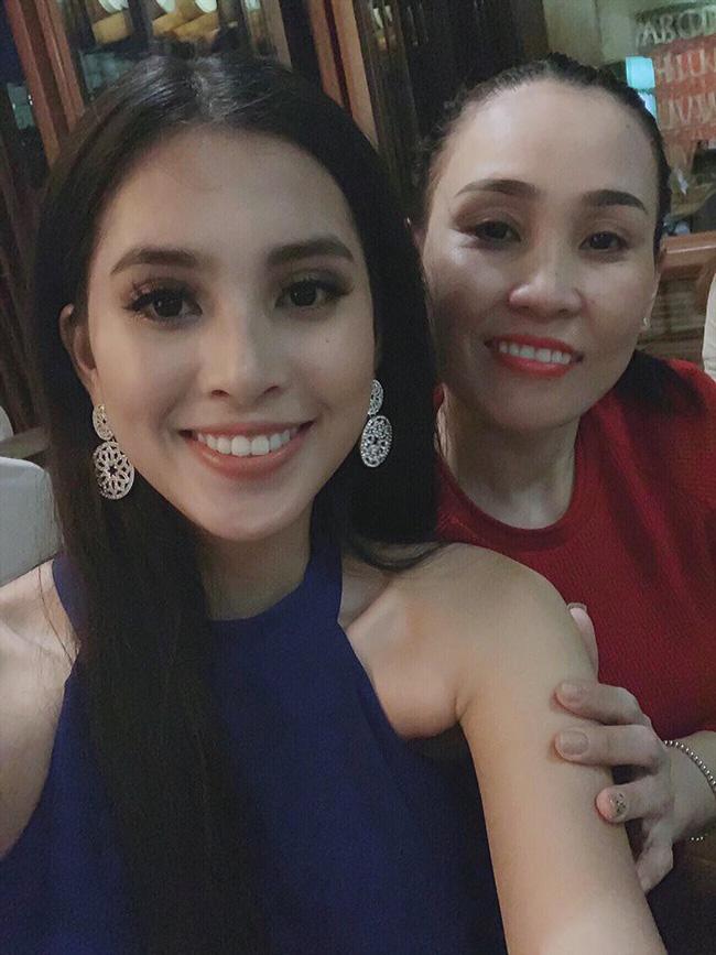 Bị đánh bật ra khỏi Top 15 các bảng xếp hạng sát giờ G Miss World 2018, Tiểu Vy vẫn lạc quan bên mẹ ruột-1