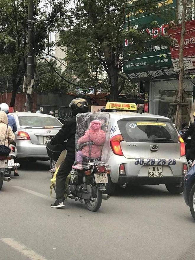 Hình ảnh đẹp: Cha chụp túi giữ ấm cho con trong ngày Hà Nội chuyển rét-1