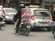 Hình ảnh đẹp: Cha chụp túi giữ ấm cho con trong ngày Hà Nội chuyển rét