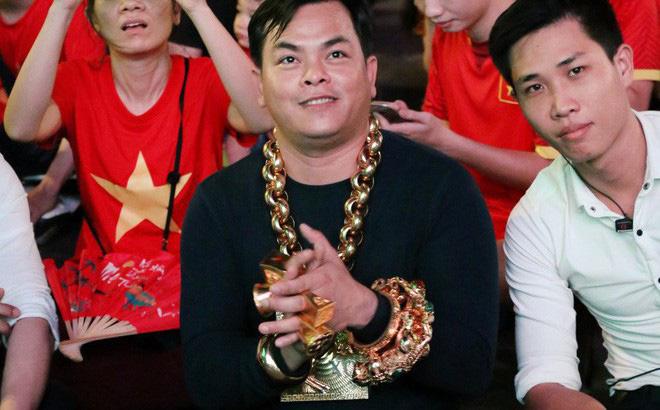Đại gia đeo 13kg vàng cổ vũ tuyển Việt Nam hé lộ việc giàu có sau 1 đêm, bị bác sĩ chửi tâm thần-1
