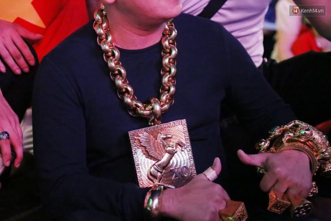 Đại gia đeo 13kg vàng cổ vũ tuyển Việt Nam hé lộ việc giàu có sau 1 đêm, bị bác sĩ chửi tâm thần-2