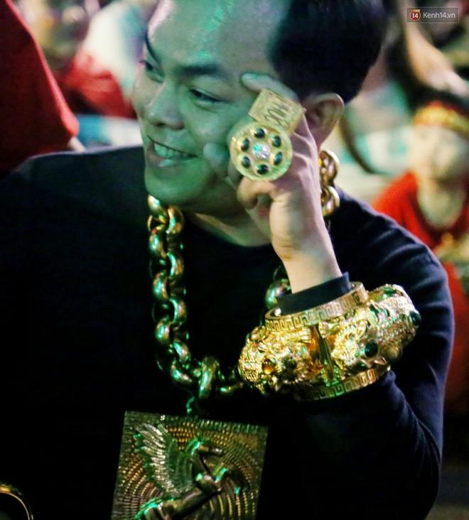 Đại gia đeo 13kg vàng cổ vũ tuyển Việt Nam hé lộ việc giàu có sau 1 đêm, bị bác sĩ chửi tâm thần-3