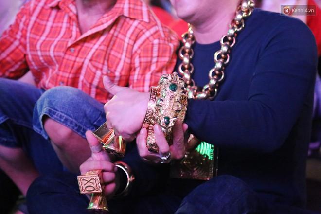 Đại gia đeo 13kg vàng cổ vũ tuyển Việt Nam hé lộ việc giàu có sau 1 đêm, bị bác sĩ chửi tâm thần-5