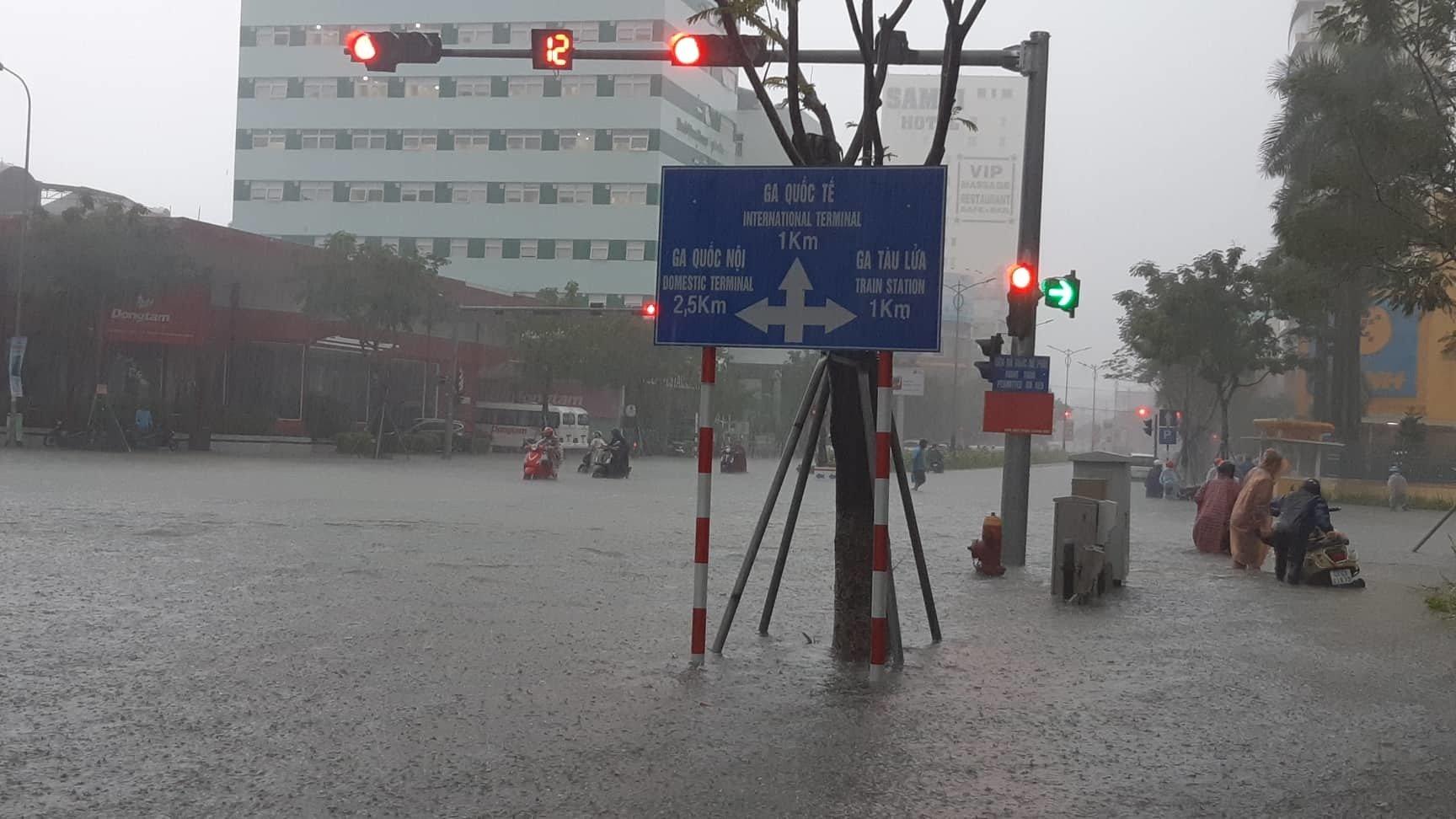 Đà Nẵng mưa cực to, ngập chưa từng có-17
