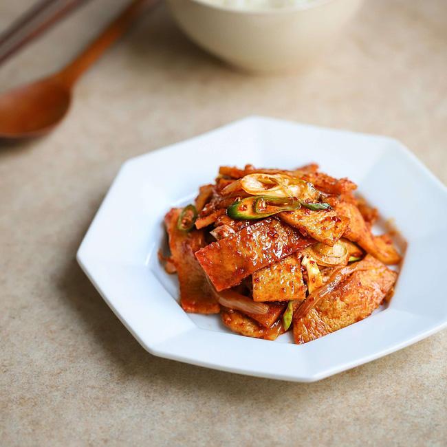 Trời trở lạnh làm ngay chả cá Hàn Quốc xào cay quá hợp cho bữa tối-1