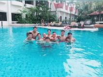 Tuyển Việt Nam khoe body chuẩn bên bể bơi của khách sạn 5 sao