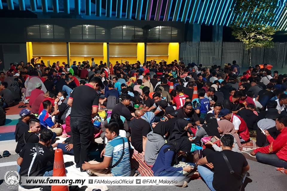 Chung kết lượt đi AFF Cup 2018: Ngay lúc này, hàng nghìn fan Malaysia vạ vật xếp hàng xuyên đêm chờ mua vé, không khác gì CĐV Việt Nam trước khi vé bán online-2