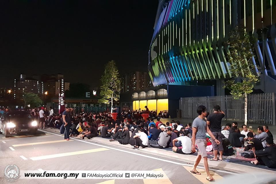 Chung kết lượt đi AFF Cup 2018: Ngay lúc này, hàng nghìn fan Malaysia vạ vật xếp hàng xuyên đêm chờ mua vé, không khác gì CĐV Việt Nam trước khi vé bán online-4