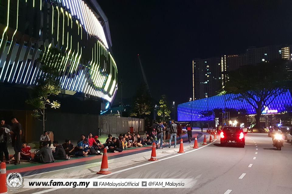 Chung kết lượt đi AFF Cup 2018: Ngay lúc này, hàng nghìn fan Malaysia vạ vật xếp hàng xuyên đêm chờ mua vé, không khác gì CĐV Việt Nam trước khi vé bán online-5