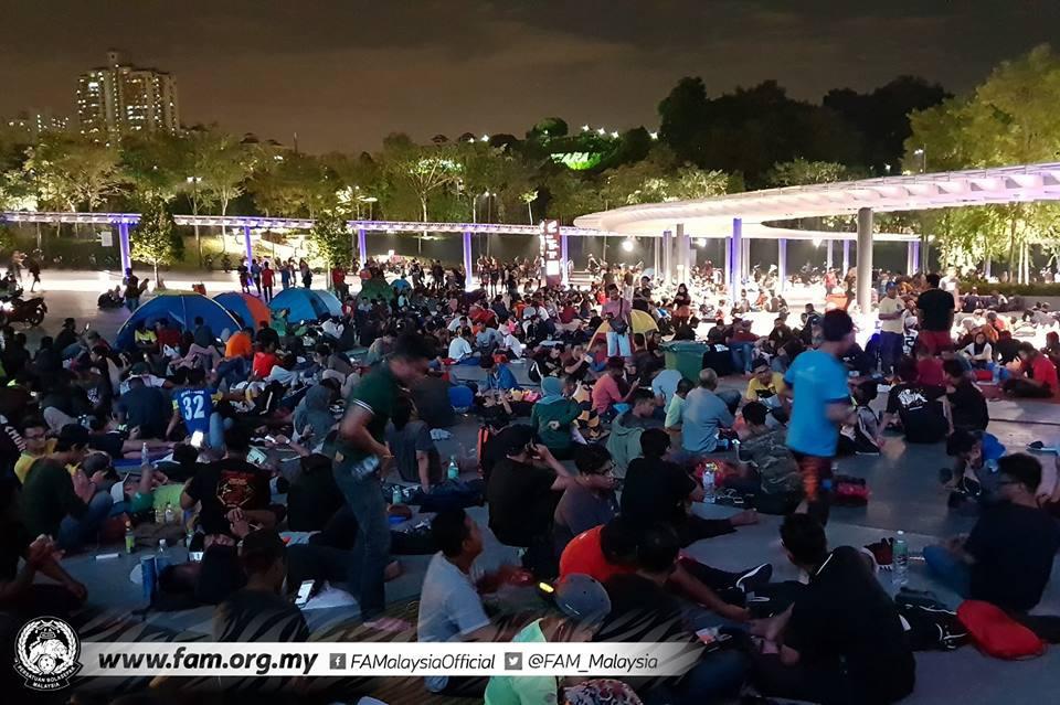 Chung kết lượt đi AFF Cup 2018: Ngay lúc này, hàng nghìn fan Malaysia vạ vật xếp hàng xuyên đêm chờ mua vé, không khác gì CĐV Việt Nam trước khi vé bán online-3