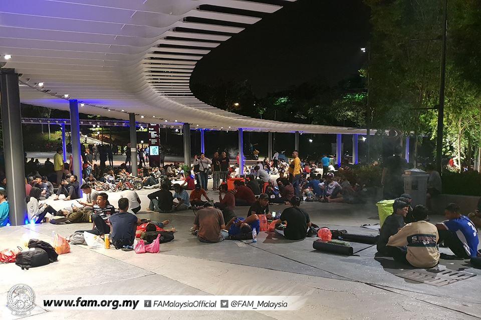 Chung kết lượt đi AFF Cup 2018: Ngay lúc này, hàng nghìn fan Malaysia vạ vật xếp hàng xuyên đêm chờ mua vé, không khác gì CĐV Việt Nam trước khi vé bán online-6
