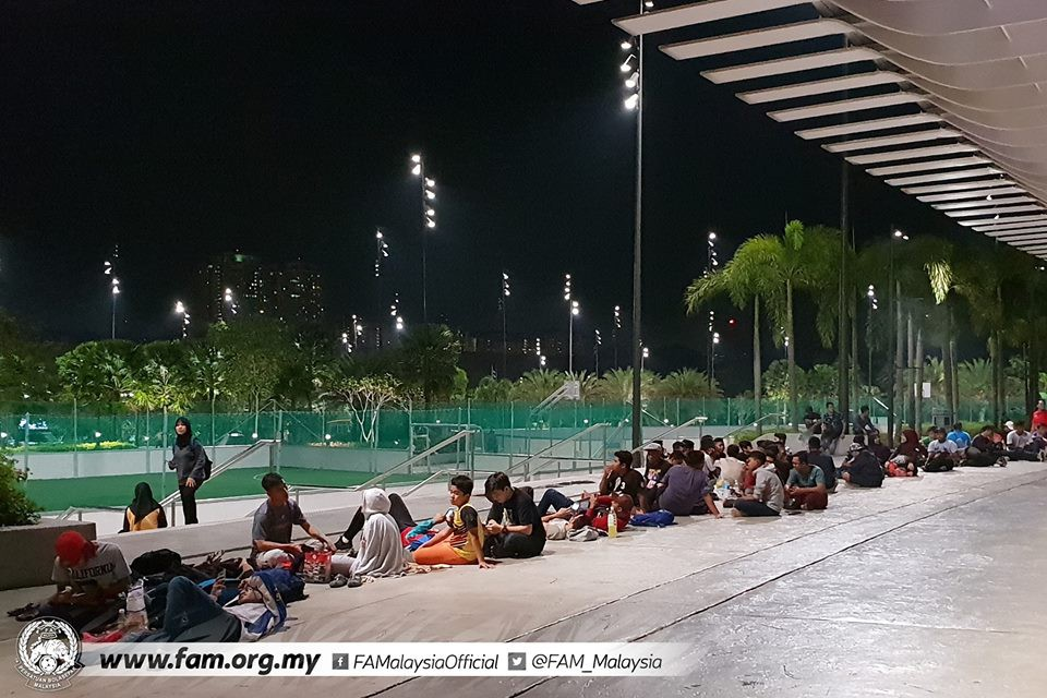 Chung kết lượt đi AFF Cup 2018: Ngay lúc này, hàng nghìn fan Malaysia vạ vật xếp hàng xuyên đêm chờ mua vé, không khác gì CĐV Việt Nam trước khi vé bán online-7