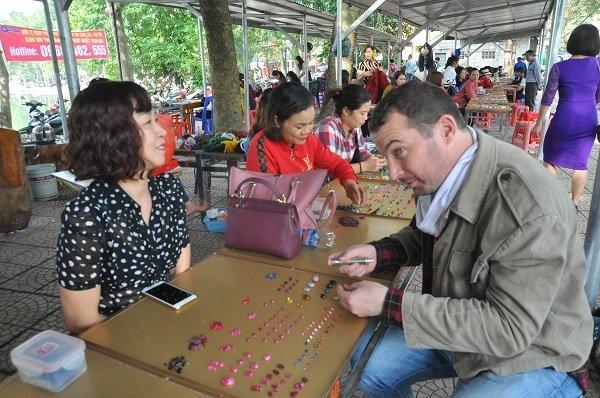 Duy nhất Việt Nam: Chợ tạm ven đường bán đá quý tiền tỷ-12