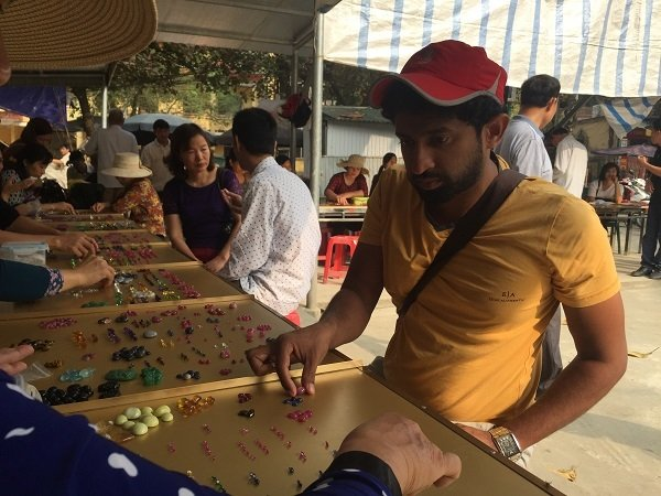 Duy nhất Việt Nam: Chợ tạm ven đường bán đá quý tiền tỷ-13