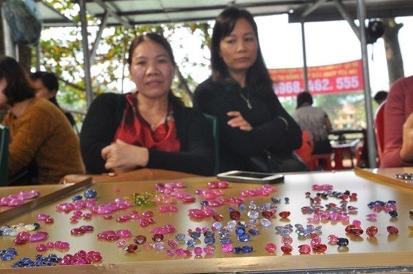 Duy nhất Việt Nam: Chợ tạm ven đường bán đá quý tiền tỷ-7