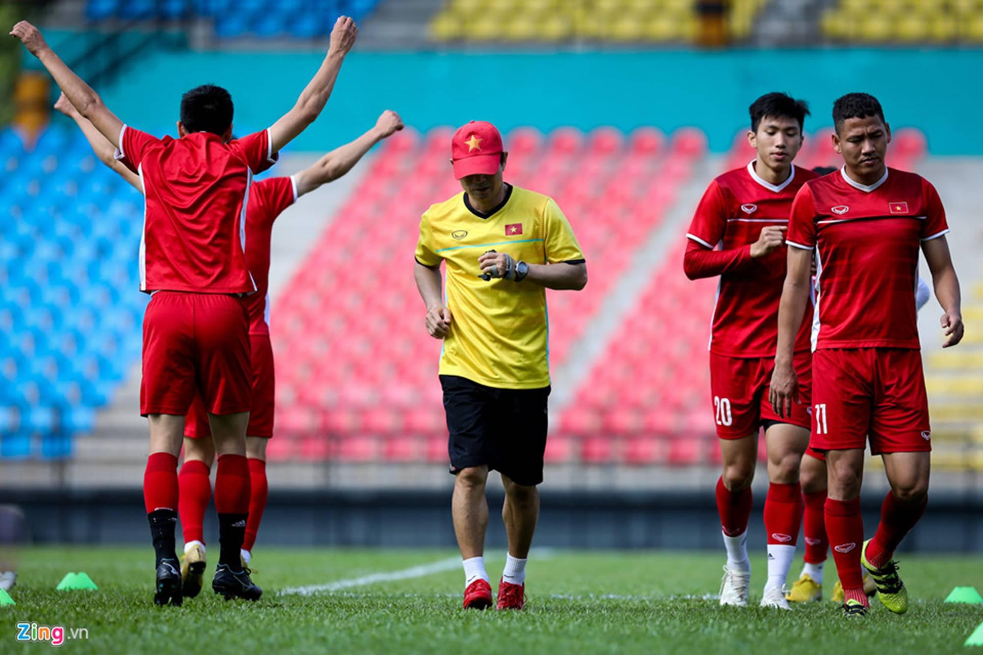 CĐV Malaysia ghi hình lén buổi tập của tuyển Việt Nam-1