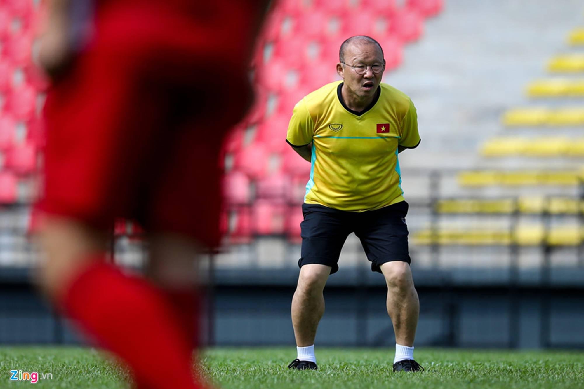 CĐV Malaysia ghi hình lén buổi tập của tuyển Việt Nam-5