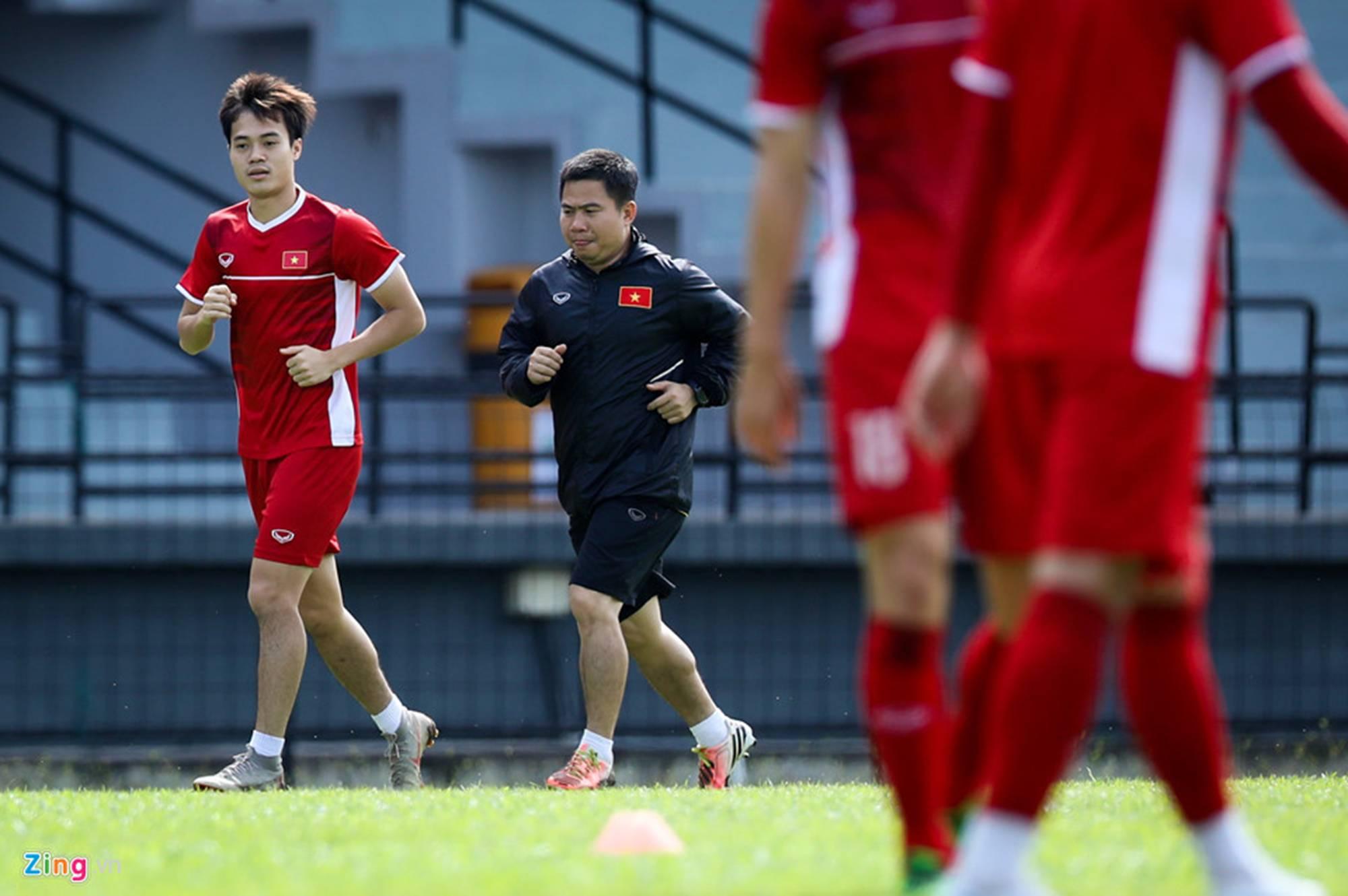 CĐV Malaysia ghi hình lén buổi tập của tuyển Việt Nam-11