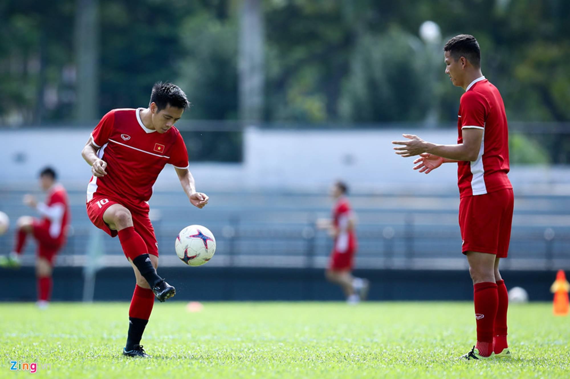 CĐV Malaysia ghi hình lén buổi tập của tuyển Việt Nam-9
