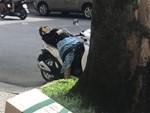 Hai cha con đạp xe, nhặt ve chai khiến người lái ô tô phải đi theo vì một lý do-5